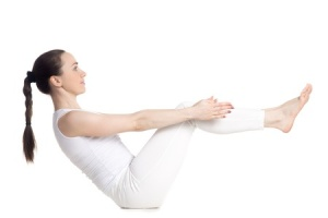 Более щадящий вариант подойдет тем, кому сложно держать спину прямой на предыдущем упражнении. Опять же обратите внимание на положение корпуса, прогиба быть не должно!