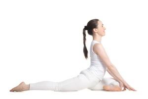 Еще одно замечательное упражнение для растяжки. Следите за поясницей и старайтесь уводить ногу назад именно засчет бедра, а не прогиба в спине.